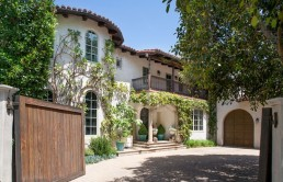 reese-witherspoon-selling-house-2-610x406